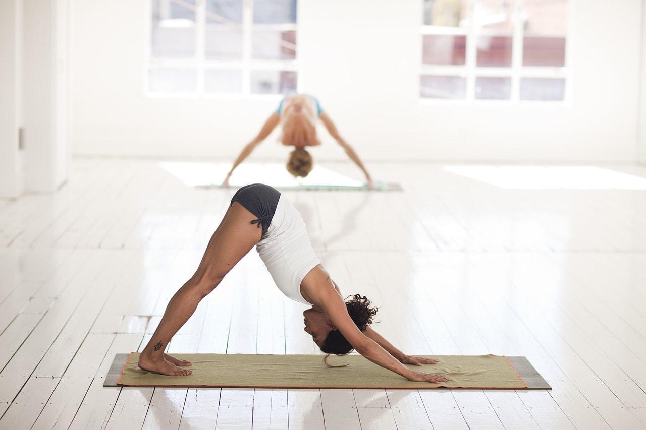Leichte Yoga-Übungen für Anfänger zu zweit Yogamatte Sport